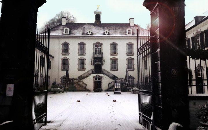 Kasteel Vaalsbroek in een laag sneeuw