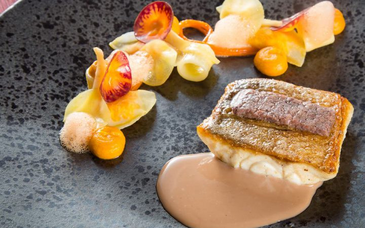 Wilde zeebaars met structuren van oerwortel, tubetti, ansjovis en 'sauce au beurre rouge'.