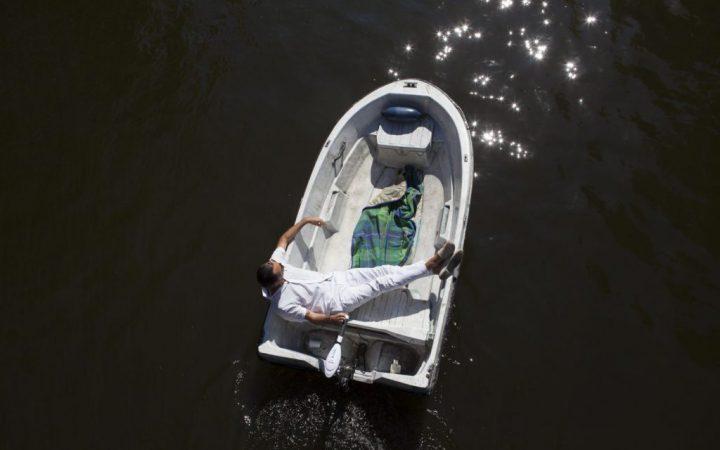 Boris geniet in zijn bootje